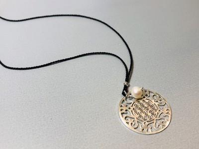Seidenkette mit großem Mandala Silber