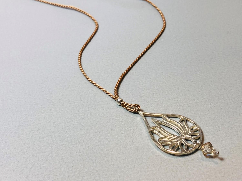 Seidenkette mit Lotustropfen Silber