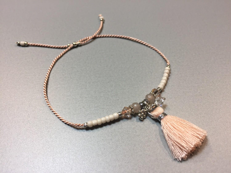 Seidenarmband mit Quaste und Charms