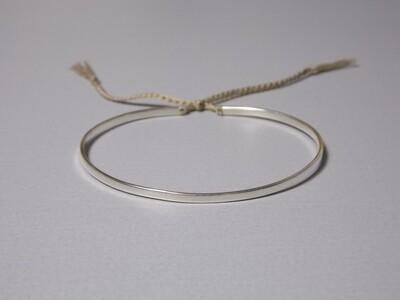 Flacher Silberarmreif mit Baumwollband oliv