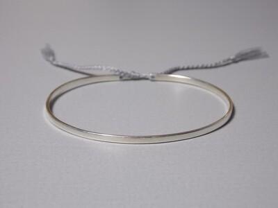 Flacher Silberarmreif mit Baumwollband grau