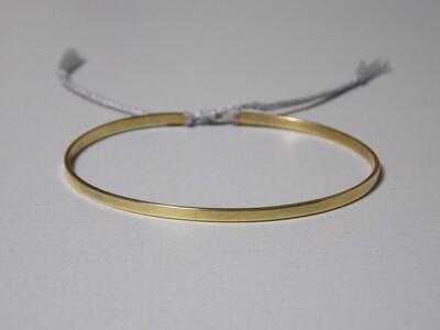 Flacher Silberarmreif vergoldet mit Baumwollband grau