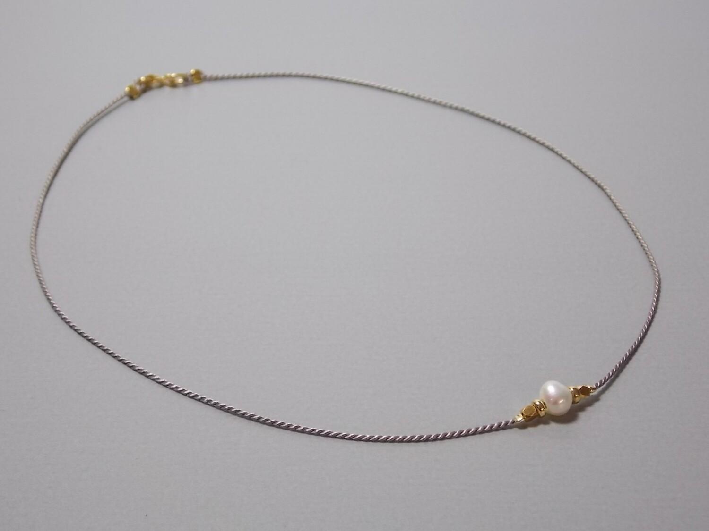 Kurze Seidenkette mit Perle