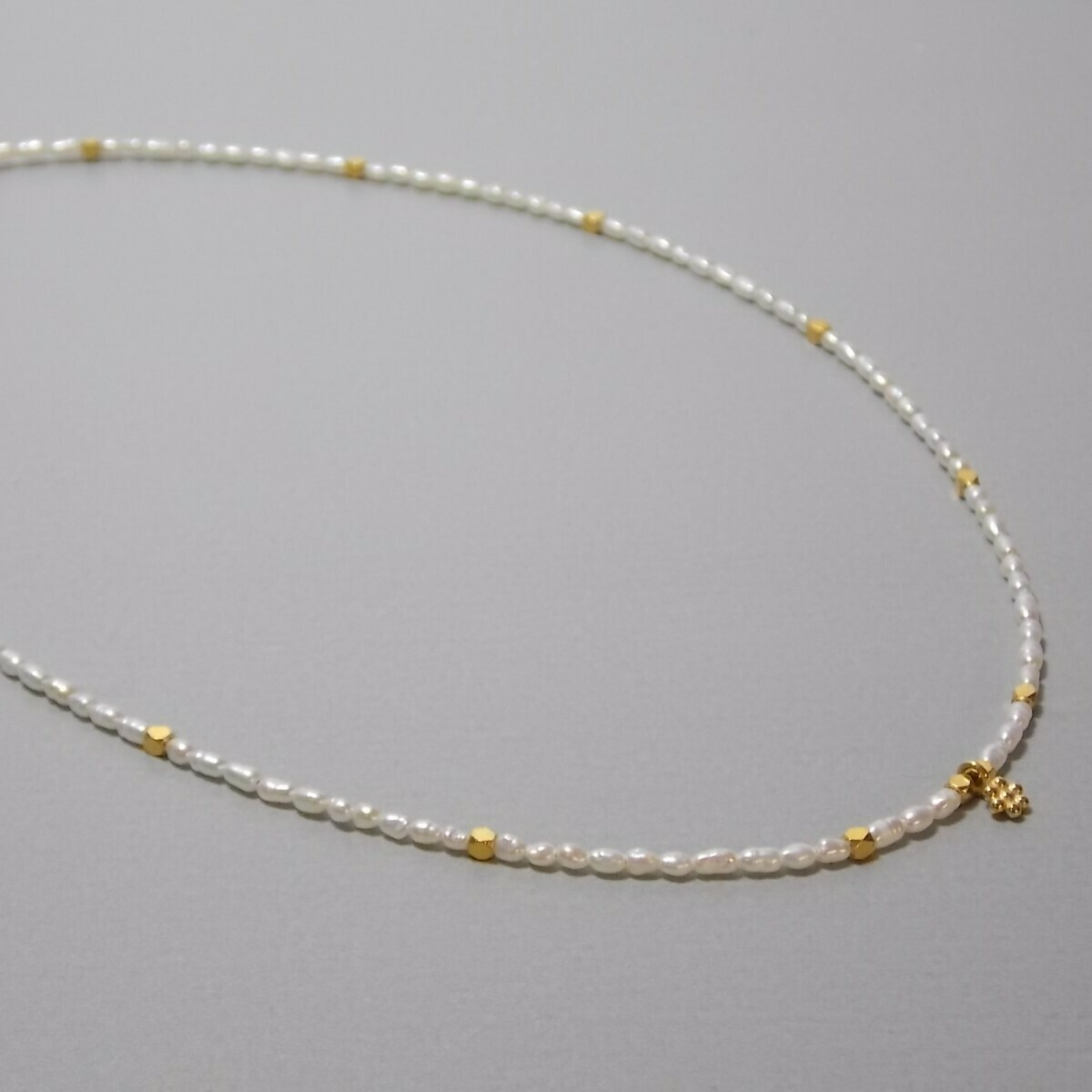 Kurze Perlenkette mit Blümchen