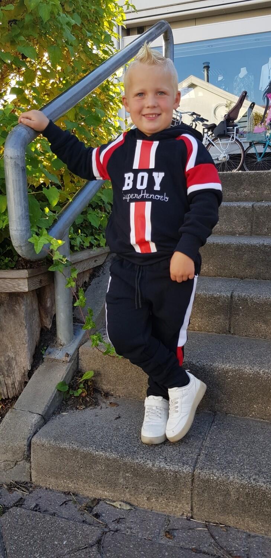 Boy jogging pak rood