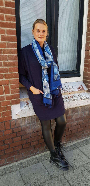 Lange trui met strikjes op de achterkant donker blauw