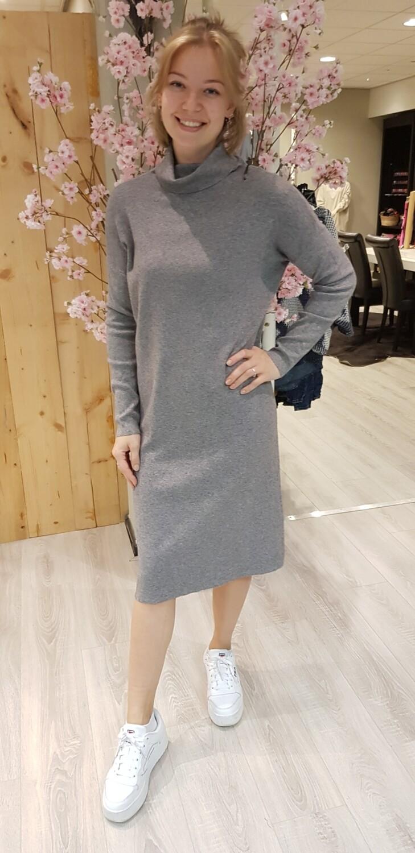 Fijn gereide jurk met col grijs