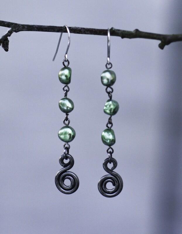 Taika-korvakorut vihreillä makeanveden helmillä