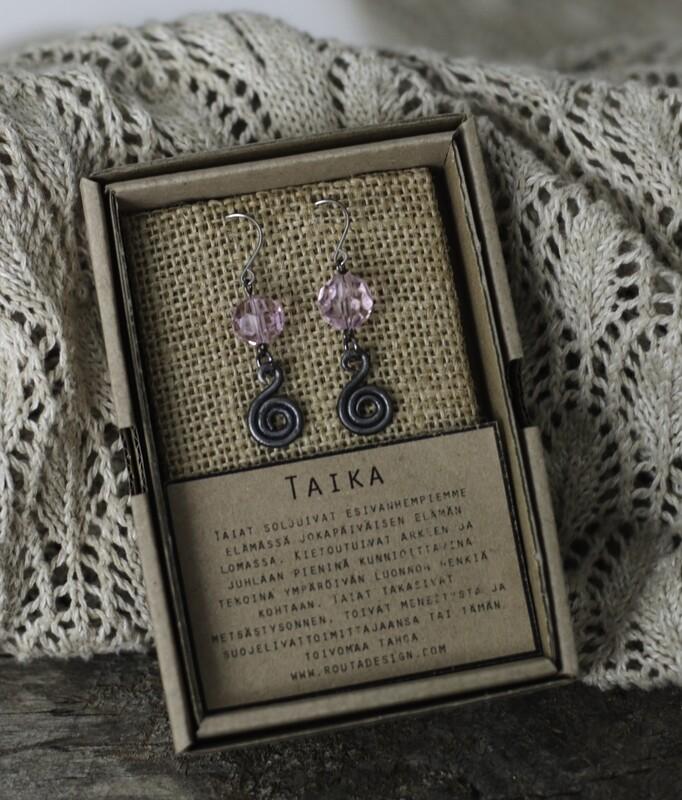 Taika-korvakorut vaaleanpunaisilla lasikristalleilla.