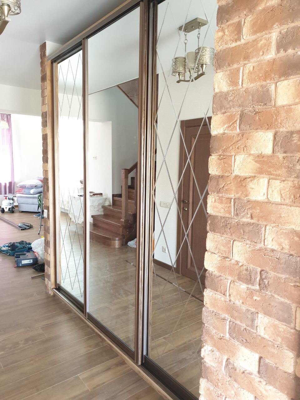 Шкаф встроенный с зеркалами с гравировкой