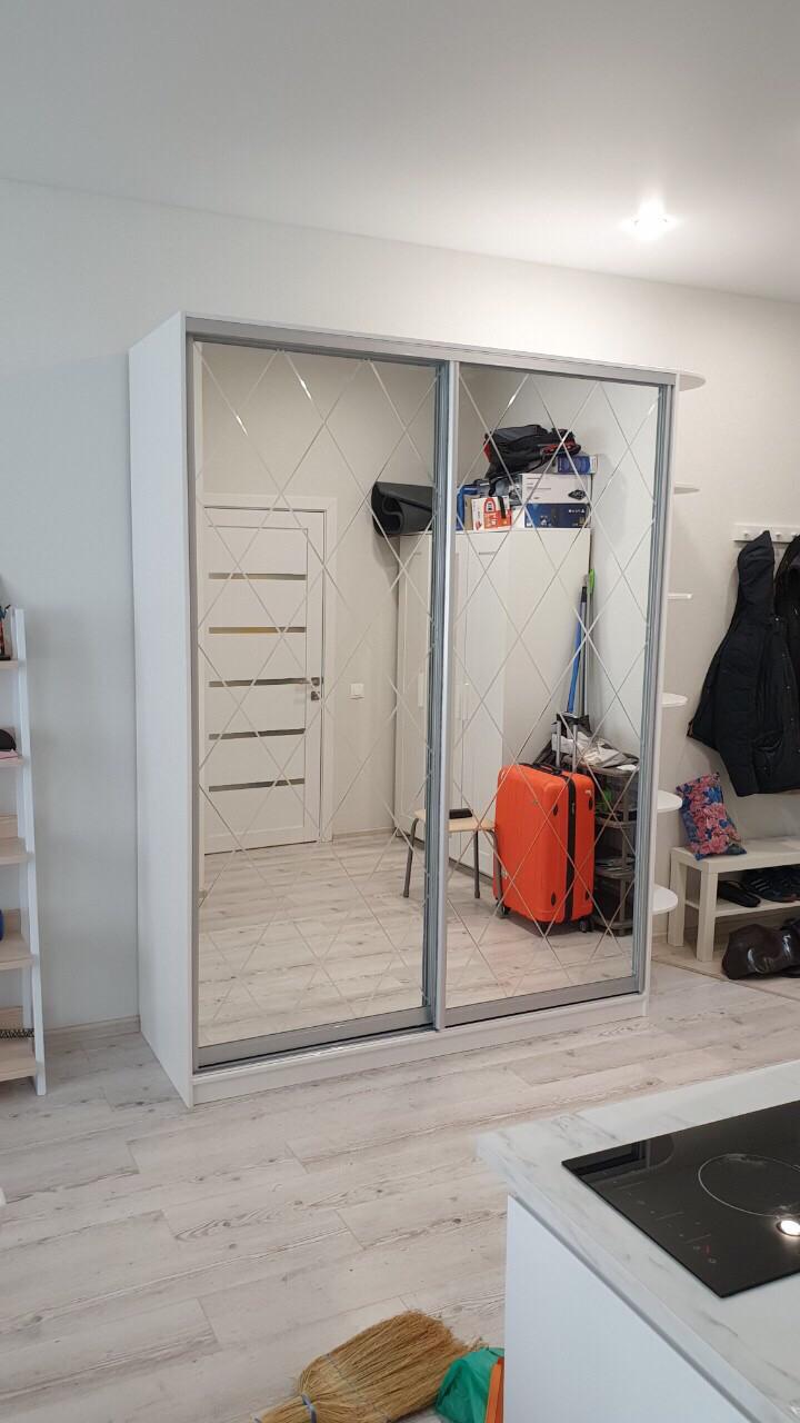 Шкаф-купе с зеркалами с гравировкой ромбами