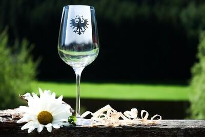 Rotweinglas mit Tiroler Adler