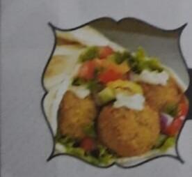 FALAFEL (Végétarien) boulettes de légumes avec salade, persil, oignon, tomate, cornichon et sauce tahini