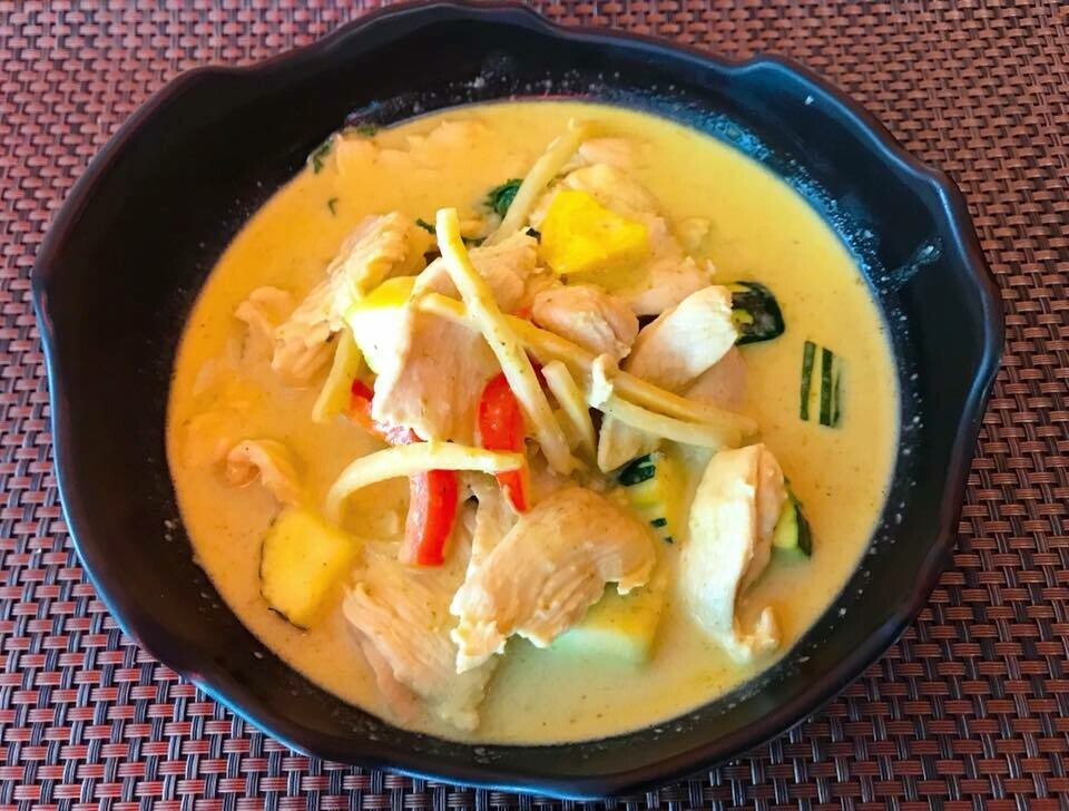 C6. Poulet au curry vert/ Chiken with red curry