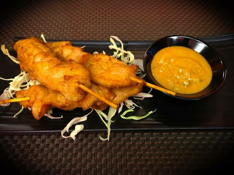 E4. Brochette de poulet satay. Chiken satay