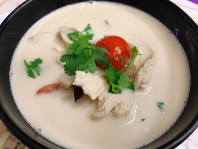 E5. soupe de lait coco au poulet/ Chicken coconut soup