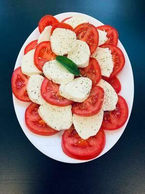 Caprese ( tomate, mozzarella, basilic, vinaigre, balsamique )