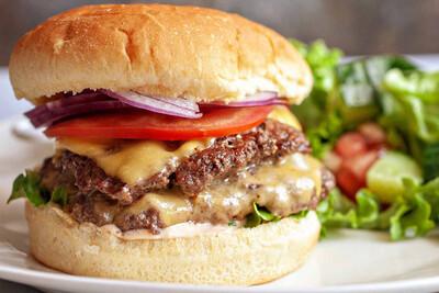 Isola Cheese Burger - 170 gr de boeuf, oignons caramélisés, fromage, tomate, salade