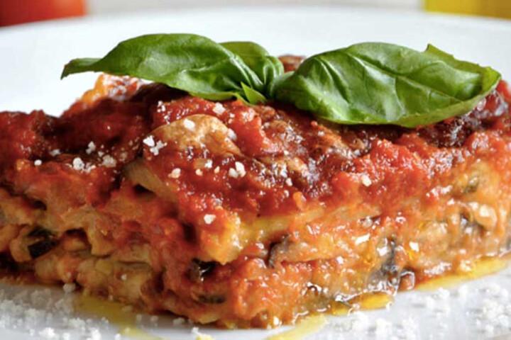 Parmigiana di Melanzane - gâteau aux aubergines, mozzarella, sauce tomate et parmesan