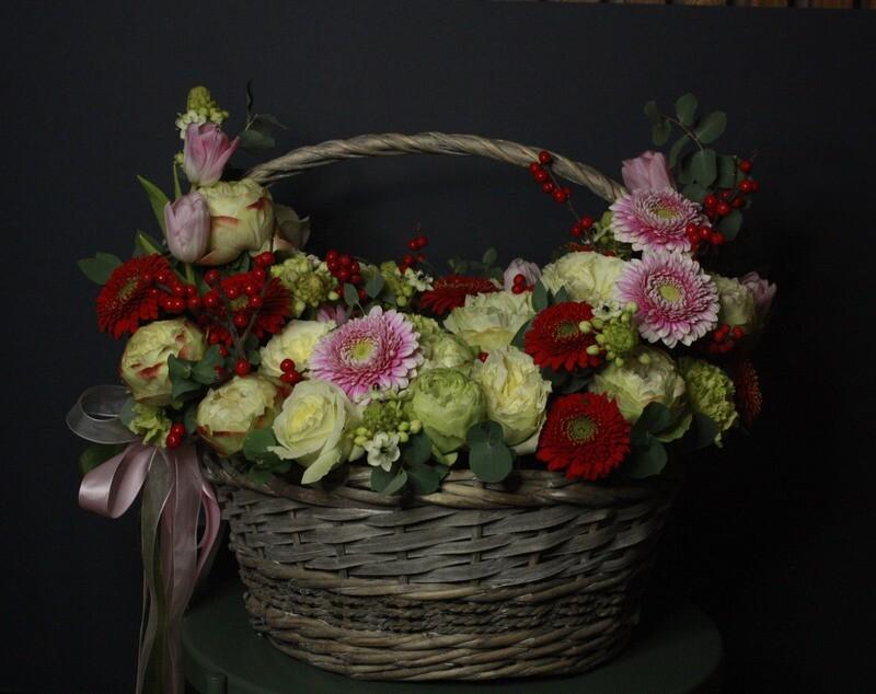 Корзина L с герберами, садовой розой и илексом