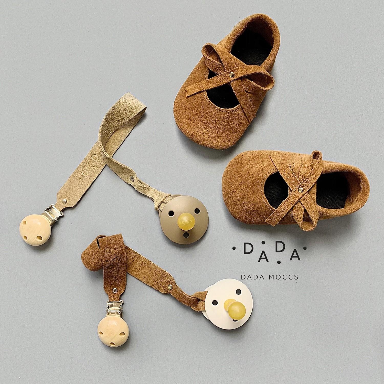 Комплект замшевые балетки и держатель для соски или прорезывателя
