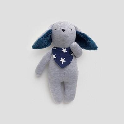Серый зайчик с темно-синими ушками