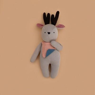 Бежевый лосик с пыльно-розовыми ушками и коричневыми рожками