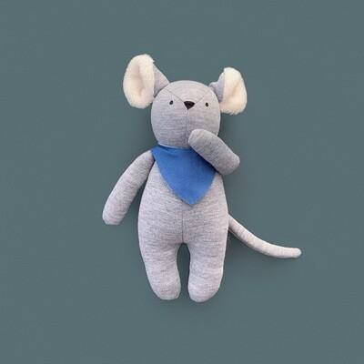 Серый мышонок с ушками цвета айвори в синем нагруднике