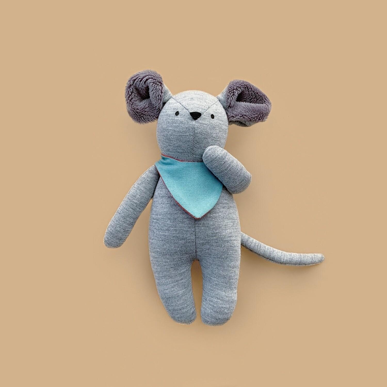 Серый мышонок с серыми ушками в голубом нагруднике