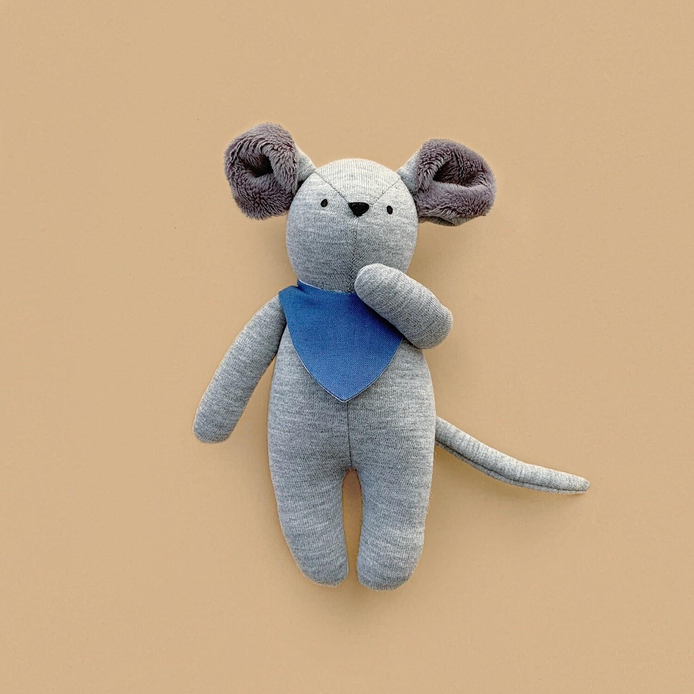 Серый мышонок с серыми ушками в синем нагруднике