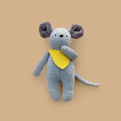 Серый мышонок с серыми ушками в жёлтом нагруднике