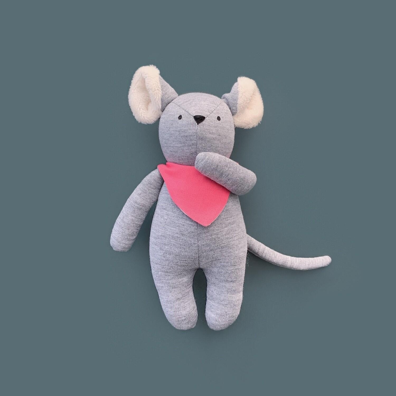 Серый мышонок с ушками цвета айвори в розовом нагруднике