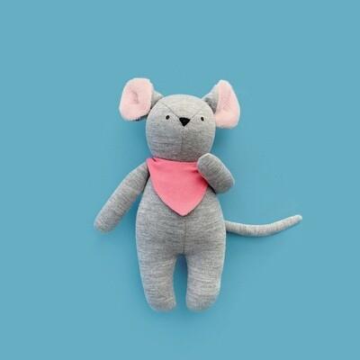 Серый мышонок со светло-розовыми ушками в розовом нагруднике