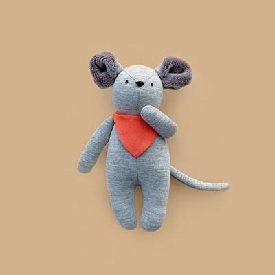 Серый мышонок с серыми ушками в красном нагруднике