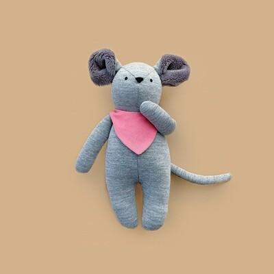 Серый мышонок с серыми ушками в розовом нагруднике