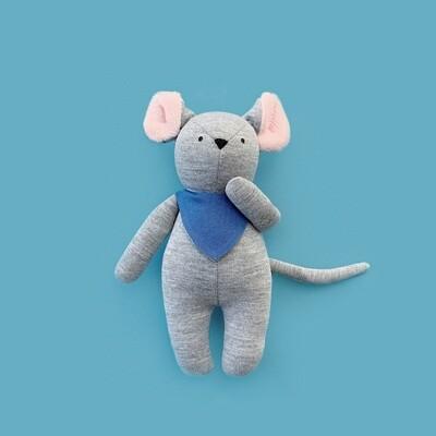 Серый мышонок со светло-розовыми ушками в синем нагруднике