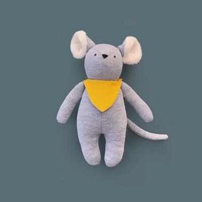 Серый мышонок с ушками цвета айвори в жёлтом нагруднике
