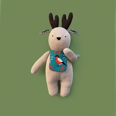 Бежевый лосик с коричневыми рожками в нагруднике со снегирями