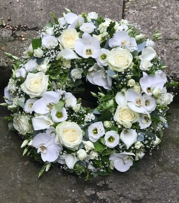Classic white and green wreath