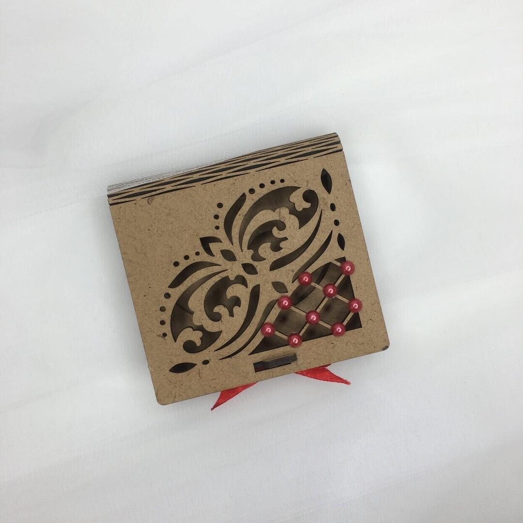 Шкатулка под кольца(деревянная,красные стразы)