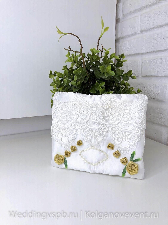 Подушечка для колец (белая с золотыми розами)