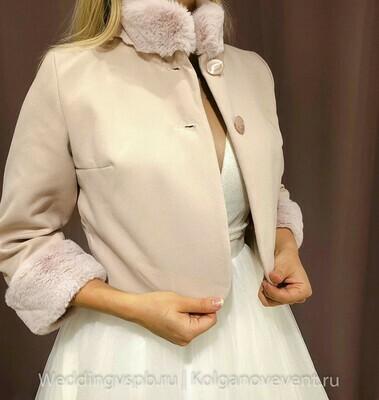 Пальто с мехом, пудра