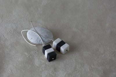 Наборные ассиметричные серьги из квадратиков. Белый и черный фарфор. Длиная швенза. Asymmetrical earrings with patterns of small squares. White and black porcelain. Long fixture.
