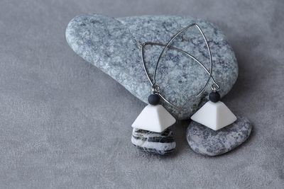 Серьги из белого фарфора, пирамида. На длинной швензе. White porcelain earrings, pyramid. Long fixture.