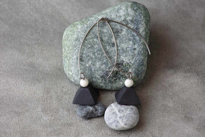 Серьги из черного фарфора, пирамида. На длинной швензе.  Black porcelain earrings, pyramid. Long fixture.