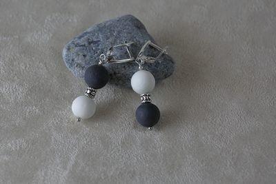 Короткие серьги, украшенные большими шариками из белого и черного фарфора.  Short earrings decorated with large balls of white and black porcelain.