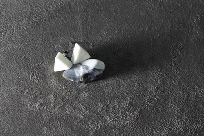 Пусеты из белого фарфора, треугольники. White porcelain stud earrings, triangles.