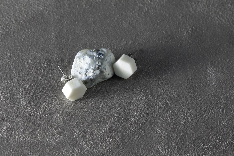 Пусеты из белого фарфора, шестиугольники. White porcelain stud earrings, hexagons.