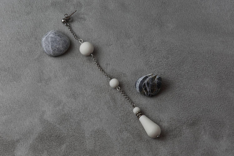Моносерьга из белого фарфора с капелькой. White porcelain mono-earring with a droplet.