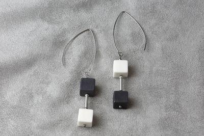 Ассиметричные серьги из черного и белого фарфора, кубики со вставкой.  Asymmetric earrings made of black and white porcelain, cubes with inserts.